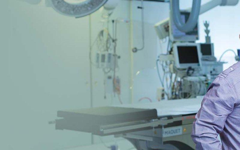 Paciente de pie en el quirófano.